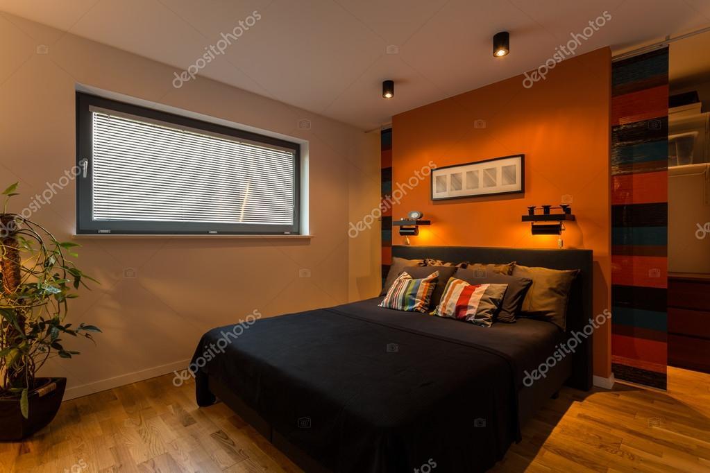 Ontwerper slaapkamer met oranje muur — Stockfoto © photographee.eu ...