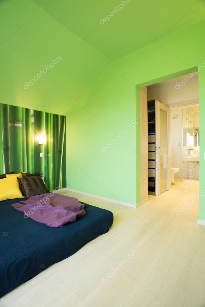 Accogliente camera da letto con le pareti verdi — Foto Stock ...