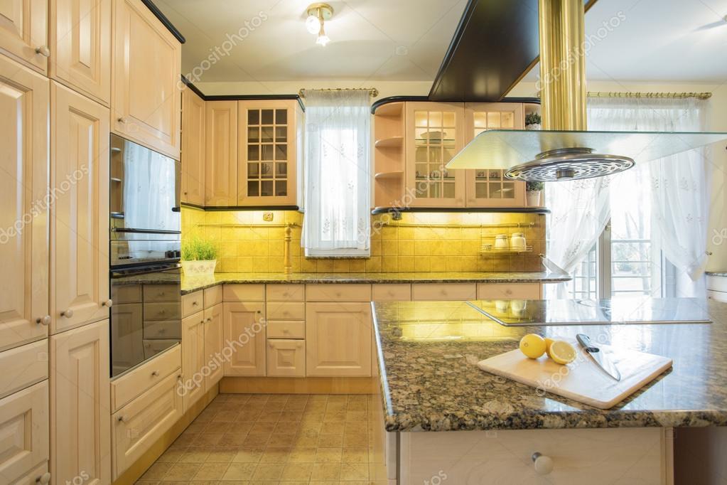Muebles beige en cocina de lujo — Fotos de Stock © photographee.eu ...