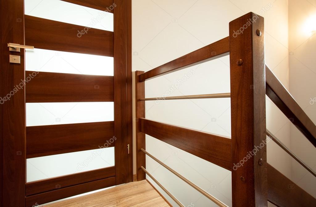 Pasamanos de madera en casa fotos de stock - Pasamanos de madera modernos ...