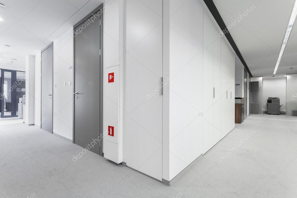 [Capítulo — Summer] Exame Chunnin Depositphotos_59919583-stock-photo-corridor-with-grey-doors
