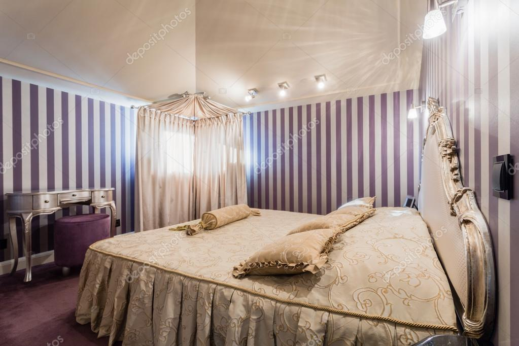 Interieur van slaapkamer in barokke stijl u stockfoto