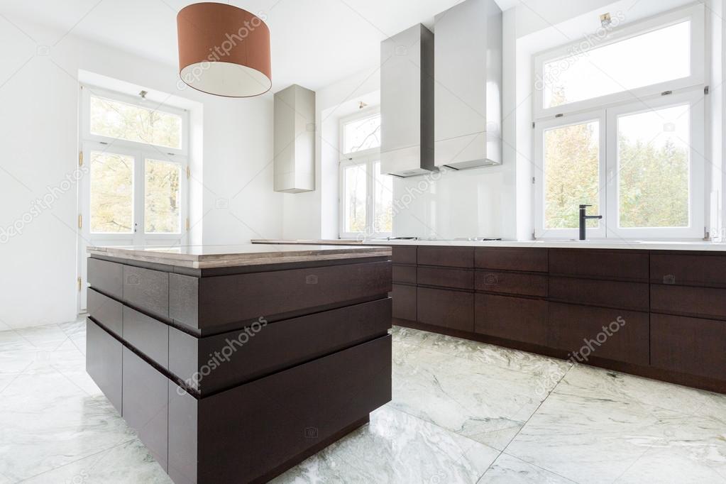 Muebles oscuros en cocina moderna — Fotos de Stock © photographee.eu ...