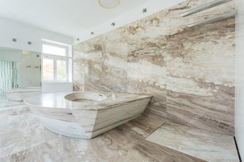 Bagno di lusso con piastrelle in marmo — Foto Stock © photographee ...