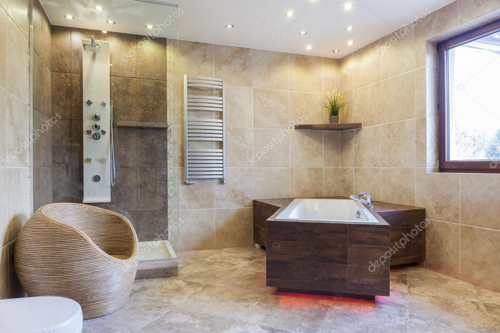 Grande baignoire dans une salle de bain — Photographie ...