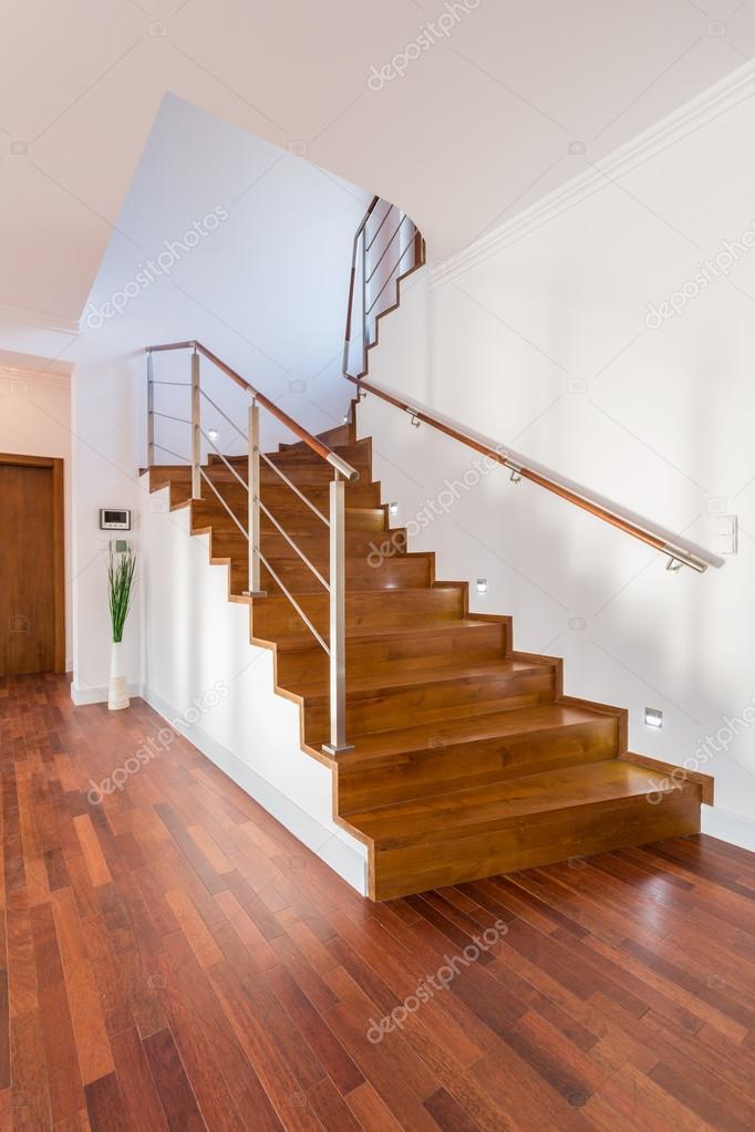 Escaleras de madera en casa de lujo — Fotos de Stock © photographee ...