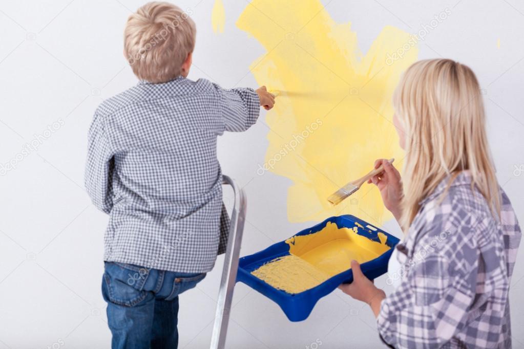 Kleine jongen schilderij muur u stockfoto photographee eu
