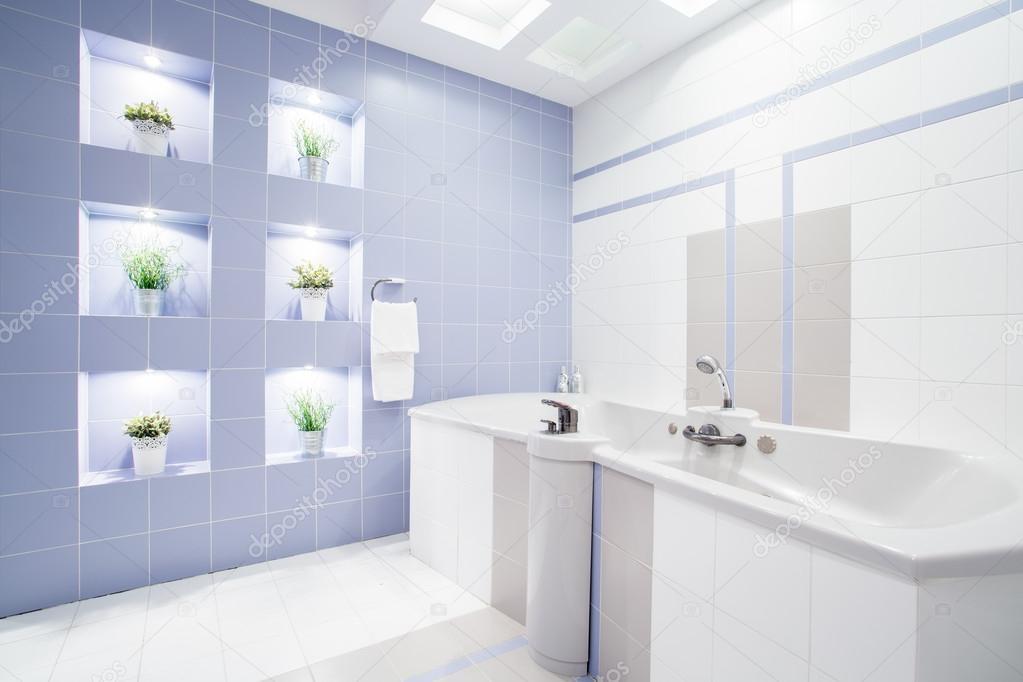 Lumineuse salle de bains moderne avec baignoire énorme ...