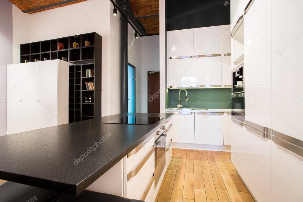 Design Kleine Keuken : Kleine keuken binnen appartement u2014 stockfoto © photographee.eu #65212825