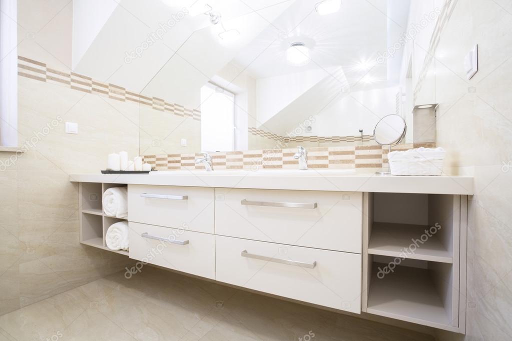 Gemütliches Bad im eleganten Wohnung — Stockfoto © photographee.eu ...