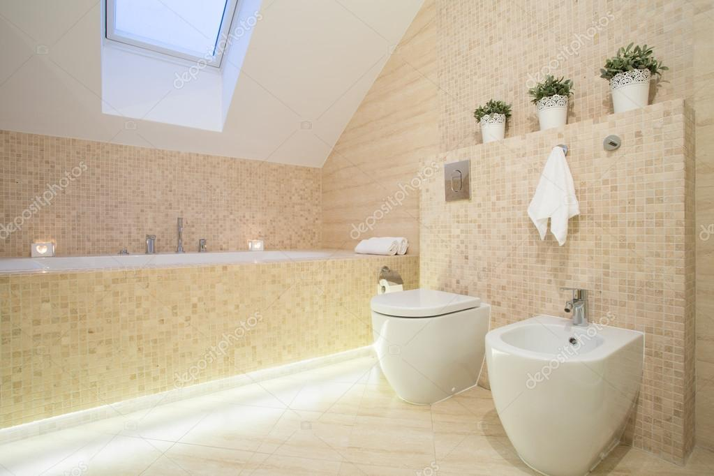 Belle salle de bain en couleur beige — Photographie ...