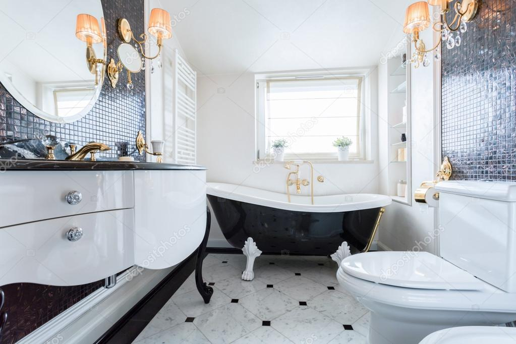 Exklusive Badezimmer in Luxusanwesen — Stockfoto © photographee.eu ...