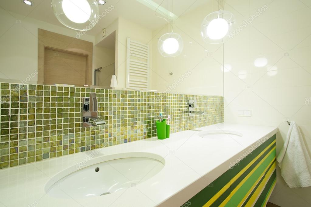 Grün im modernen Badezimmer Fliesen — Stockfoto ...