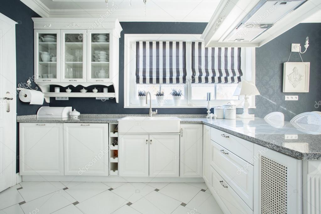 Interiore della cucina di bianco e grigio — Foto Stock ...