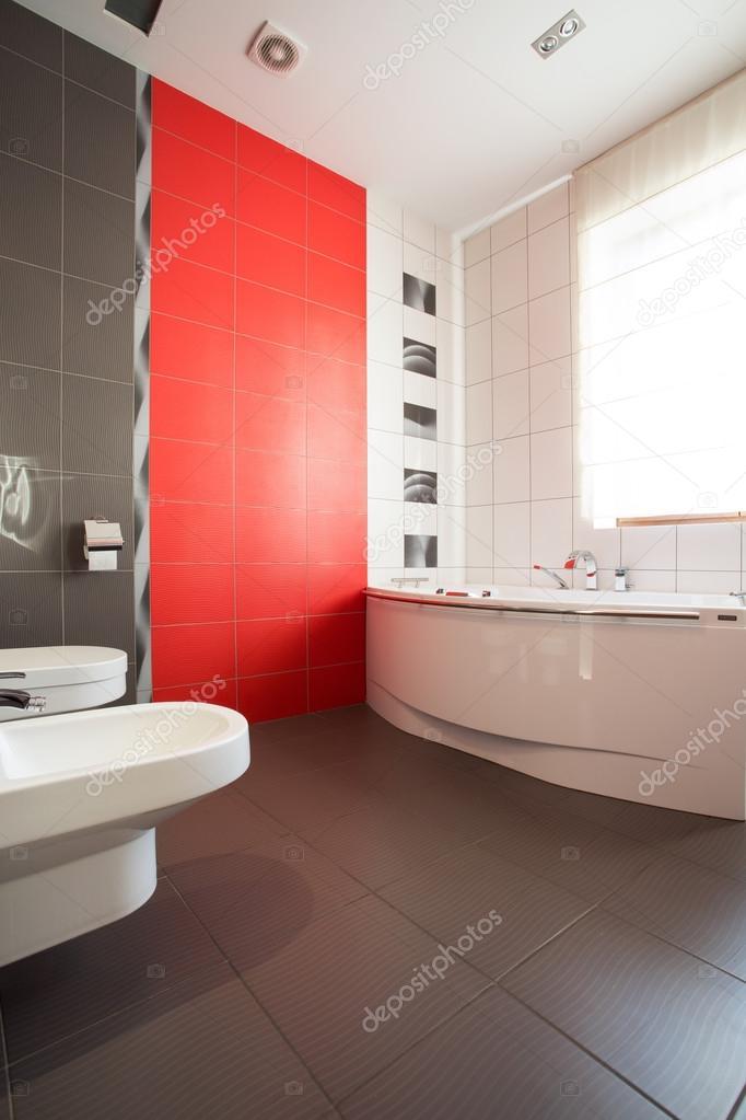 Salle de bain gris et rouge — Photographie photographee.eu ...
