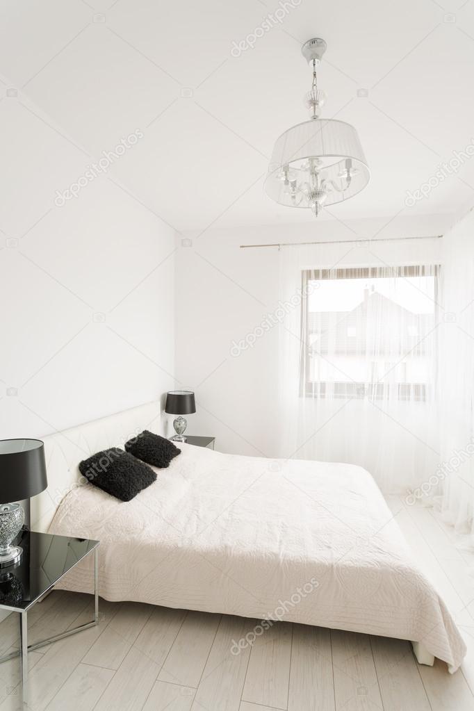 Dormitorios de lujo blanco y negro — Fotos de Stock © photographee ...