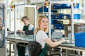 Žena pracující na výrobní lince
