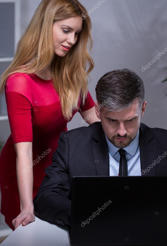 все ваши начальник угостил друга секретаршей фото