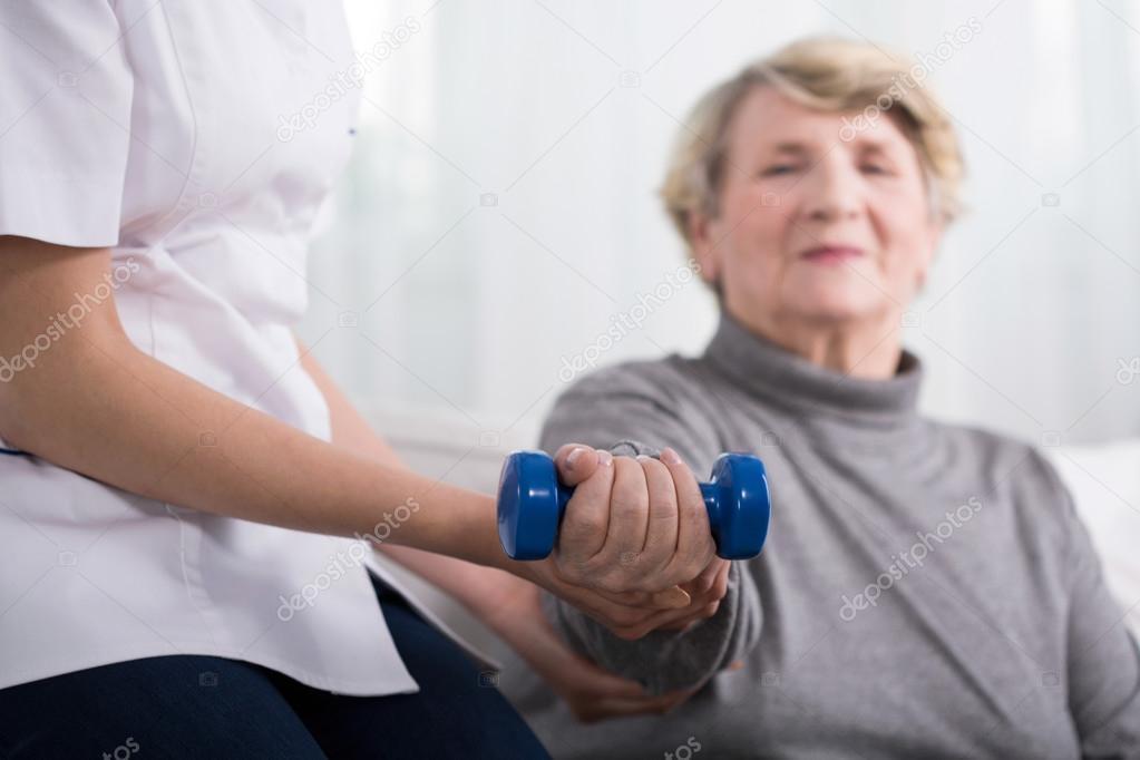 Haute femme au cours de musculation avec haltères — Image de photographee.eu 2a6f8560f78