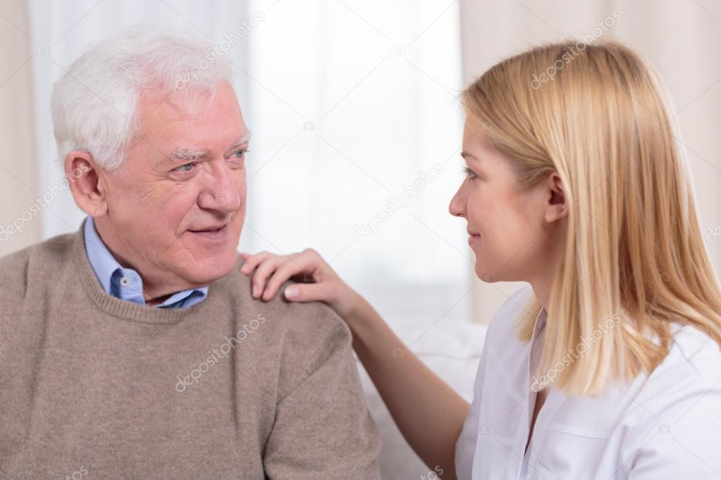 Jubilados y mayores cuidados auxiliar — Fotos de Stock. Retiree and senior  care ...