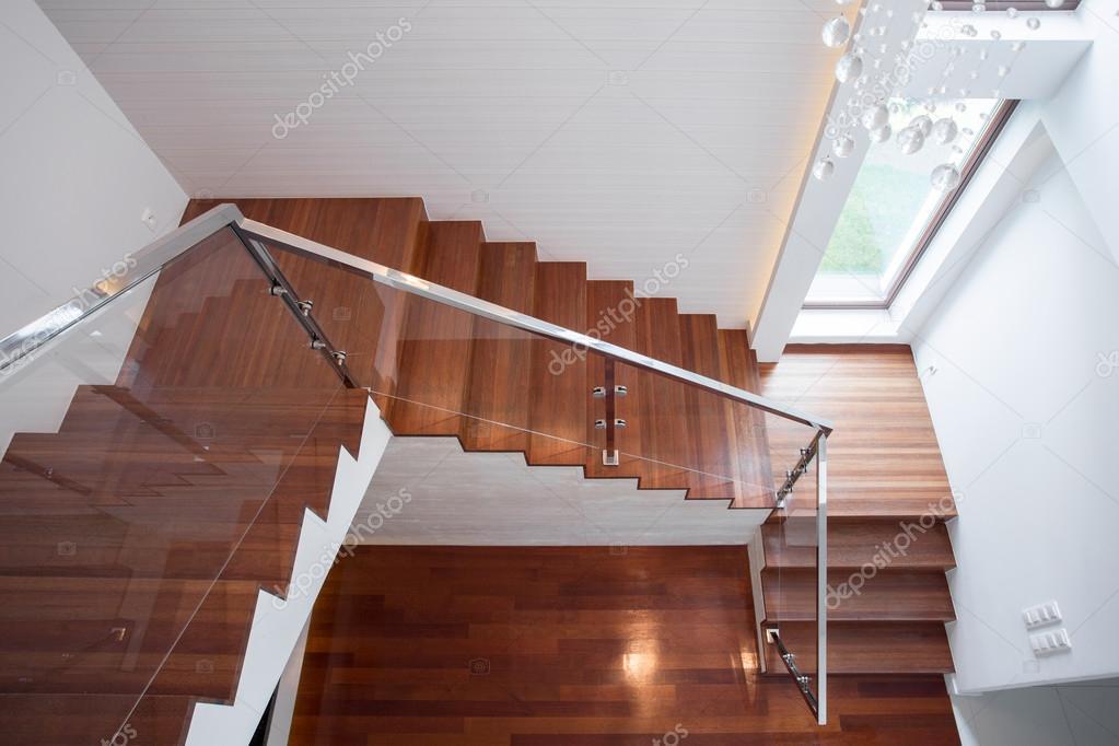 Escalera de madera en casa de lujo — Fotos de Stock © photographee ...