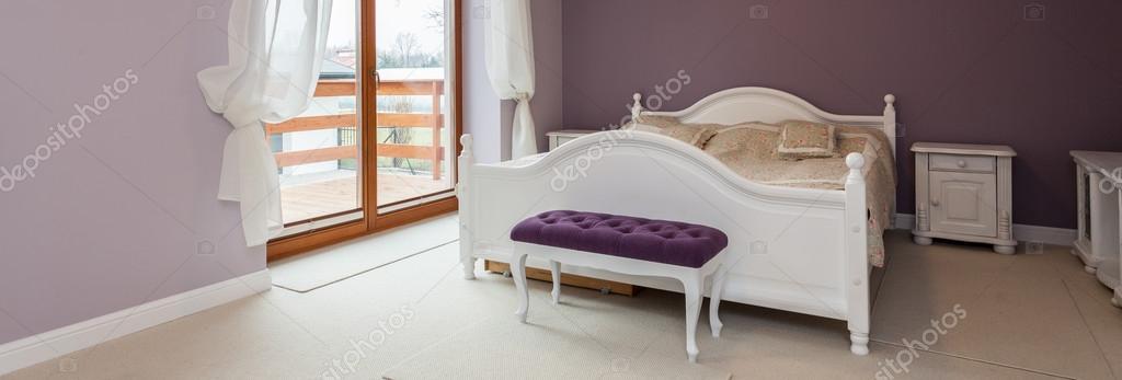Lila Schlafzimmer mit weißen Möbeln — Stockfoto © photographee.eu ...