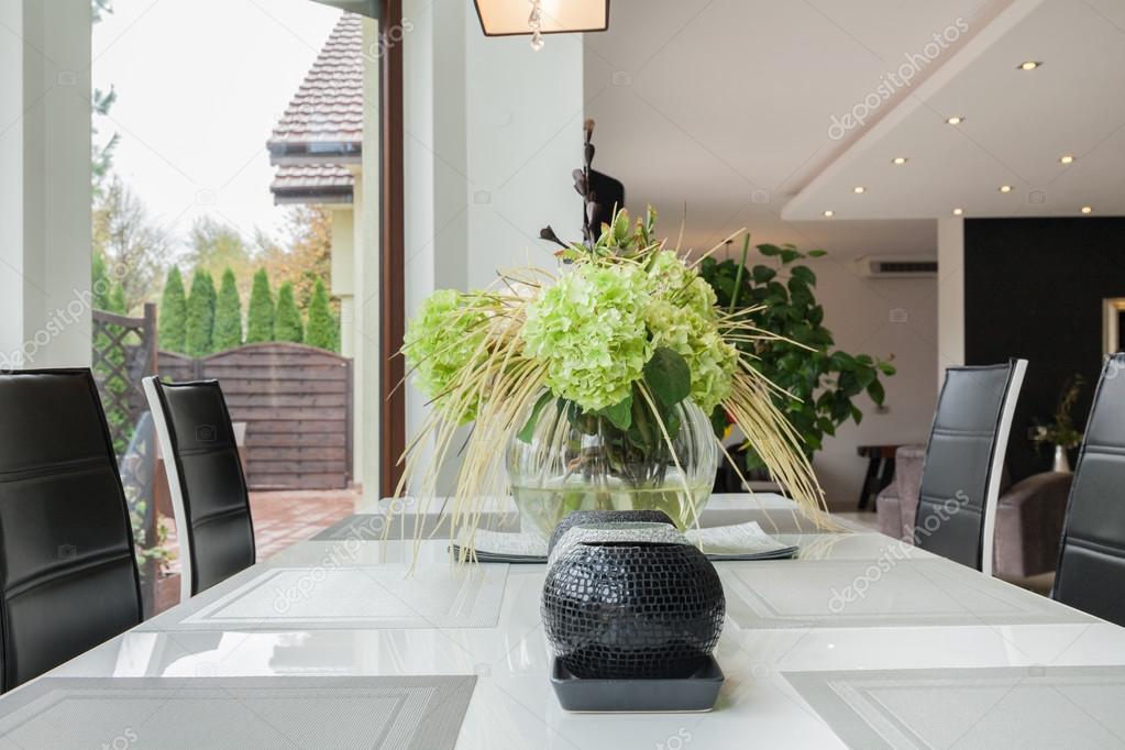 Decoratie op tafel in moderne keuken u stockfoto photographee eu
