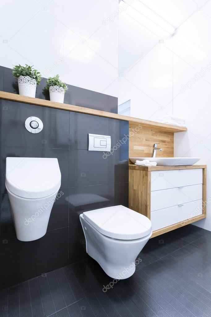 Schwarze Fliesen im Badezimmer in der Wohnung — Stockfoto ...