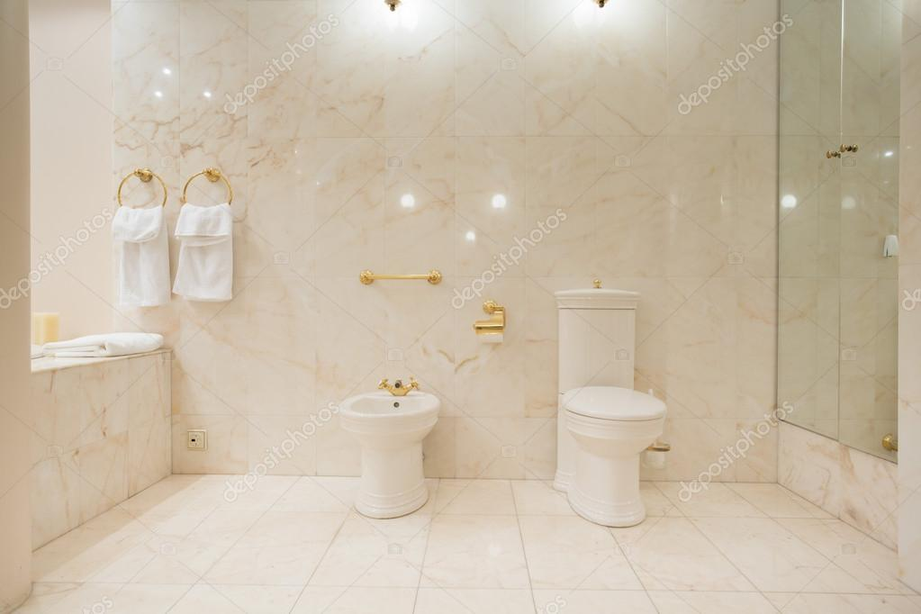 Wc interieur met marmeren tegels u stockfoto photographee eu