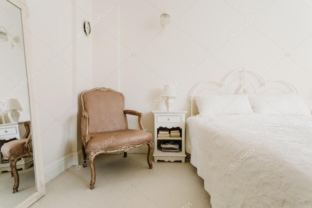 Elegantes Schlafzimmer im Vintage-Stil — Stockfoto © photographee.eu ...