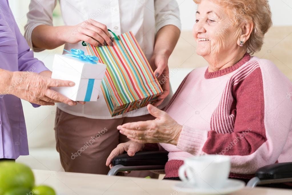 Geschenke für ältere Dame — Stockfoto © photographee.eu #75787099