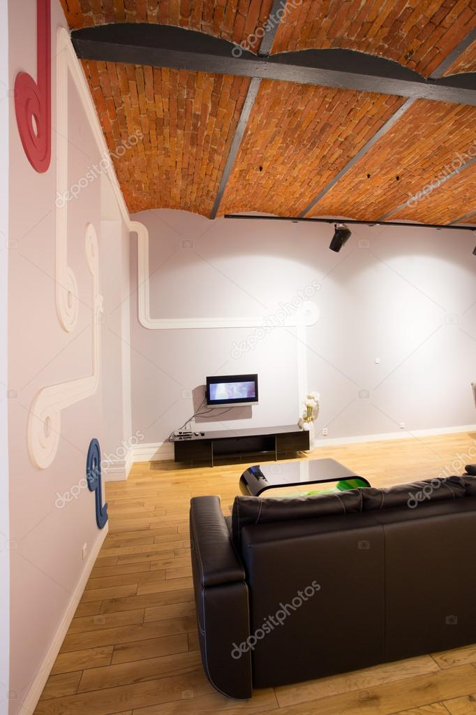 Wohnzimmer mit Parkettboden und Holzdecke — Stockfoto © photographee ...