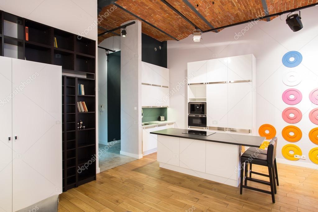 pequeña cocina en loft nuevo — Foto de stock © photographee.eu #75896005