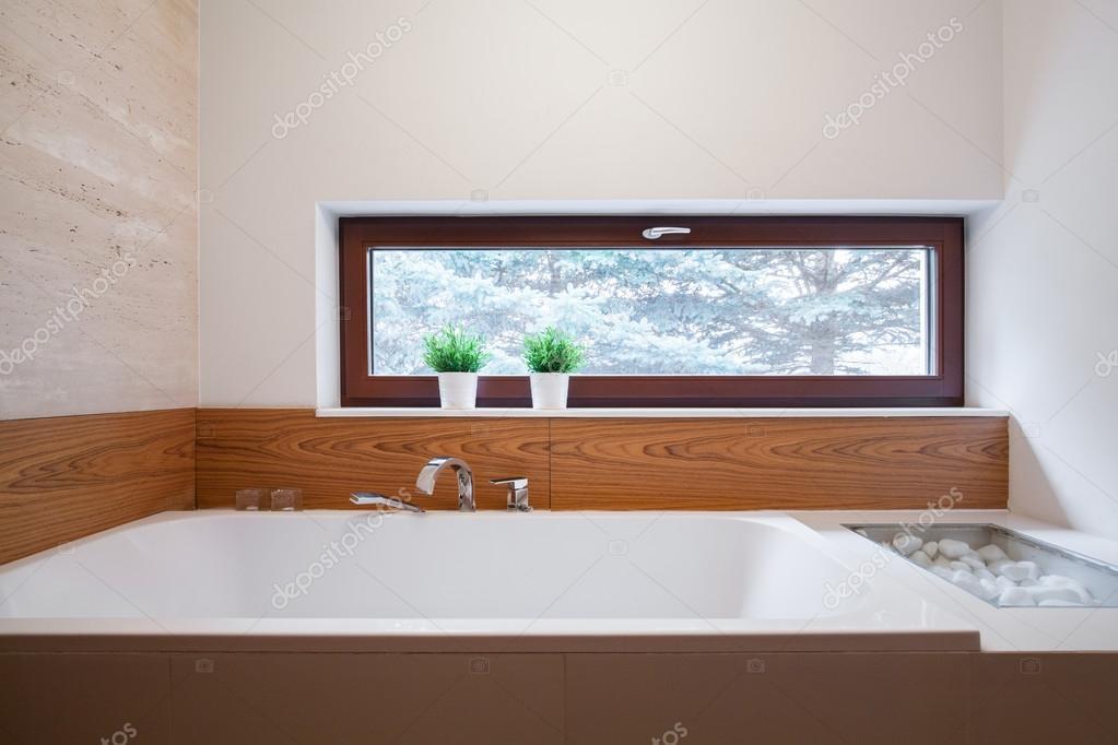Vasca Da Bagno Grande : Vasca da bagno quadrata grande u2014 foto stock © photographee.eu #76318317