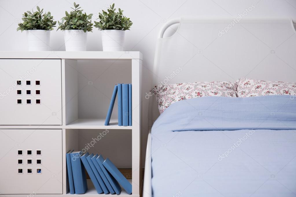 Hálószoba polc és könyvek — Stock Fotó © photographee.eu #76720555