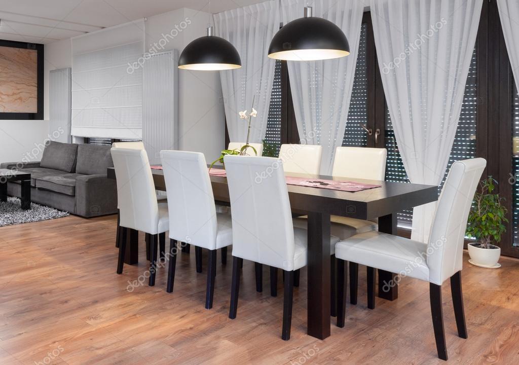 mesa madera y sillas blancas u fotos de stock