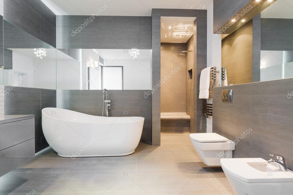 Freistehende Badewanne im modernen Badezimmer — Stockfoto ...