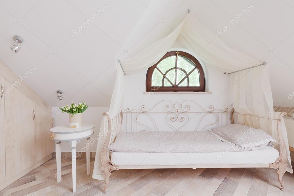 Camera Da Letto Romantiche : Elegante letto in camera da letto romantica u foto stock