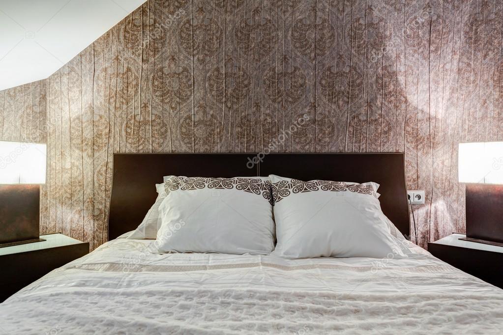 bruin behang in elegante slaapkamer — stockfoto © photographee.eu, Deco ideeën