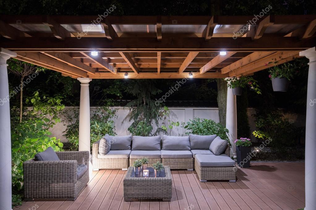 Cenador con cómodos muebles de jardín — Fotos de Stock ...