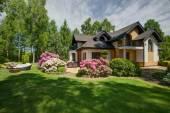 Fotografie Freistehendes Haus mit Garten der Schönheit
