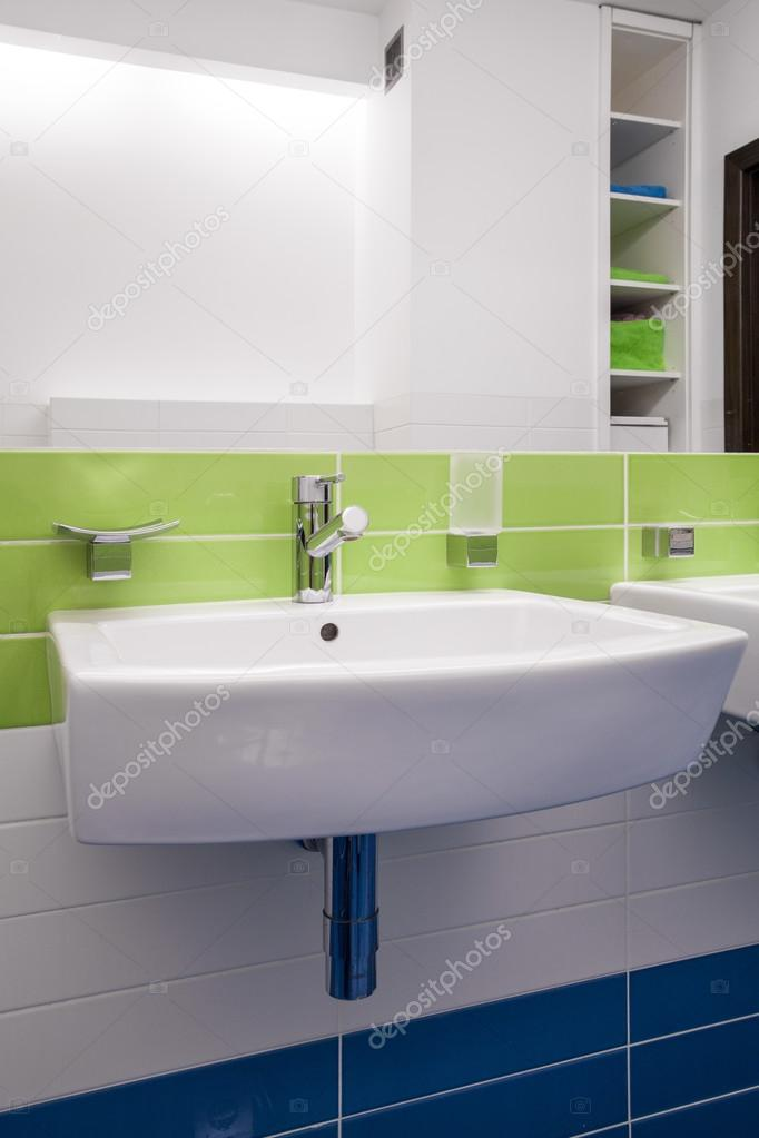 Piastrelle colorate in bagno contemporaneo foto stock 77746026 - Piastrelle bagno stock ...