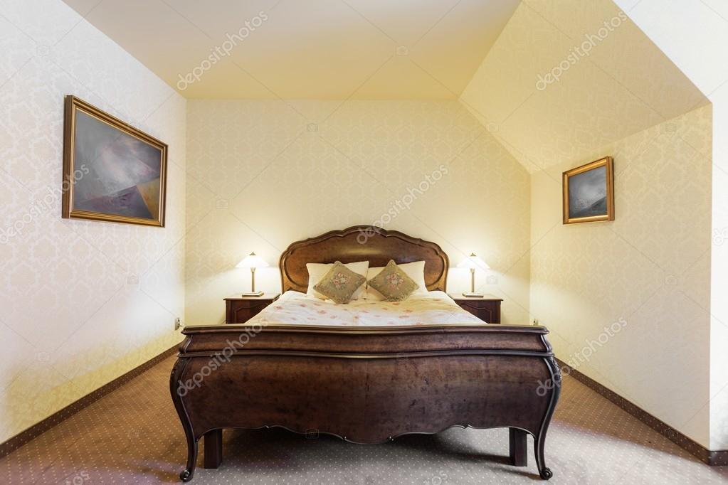Stylowe łóżko W Sypialni Luksusowe Zdjęcie Stockowe