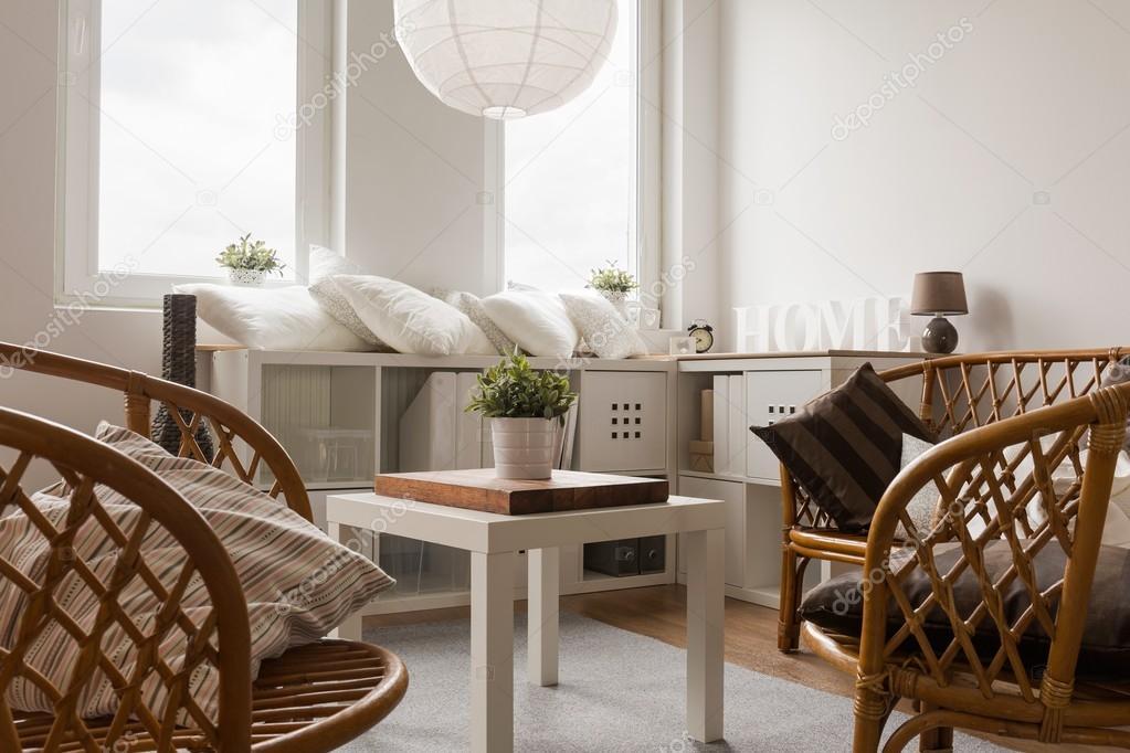 Witte Rieten Stoel : Rieten stoelen en witte tafel u stockfoto photographee eu