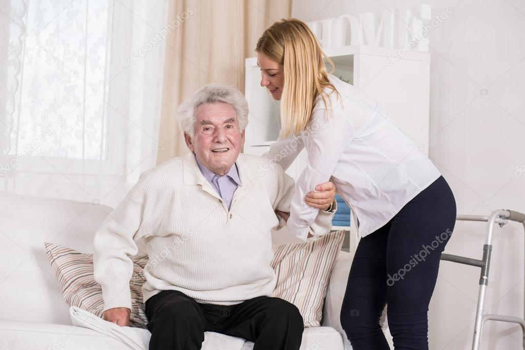 Pflege Assistentin helfende Alter Mann — Stockfoto © photographee.eu ...