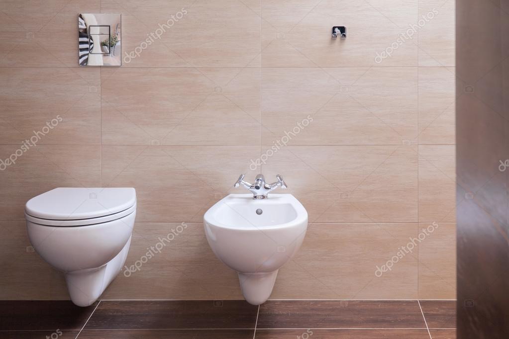 Minimalistische toilette in modernes haus u stockfoto