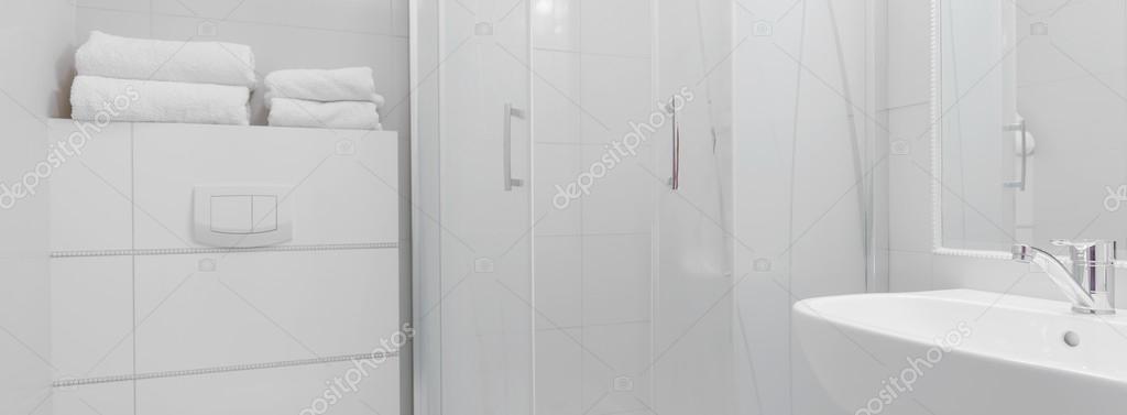 https://st2.depositphotos.com/2249091/8043/i/950/depositphotos_80438540-stockafbeelding-moderne-witte-badkamer.jpg