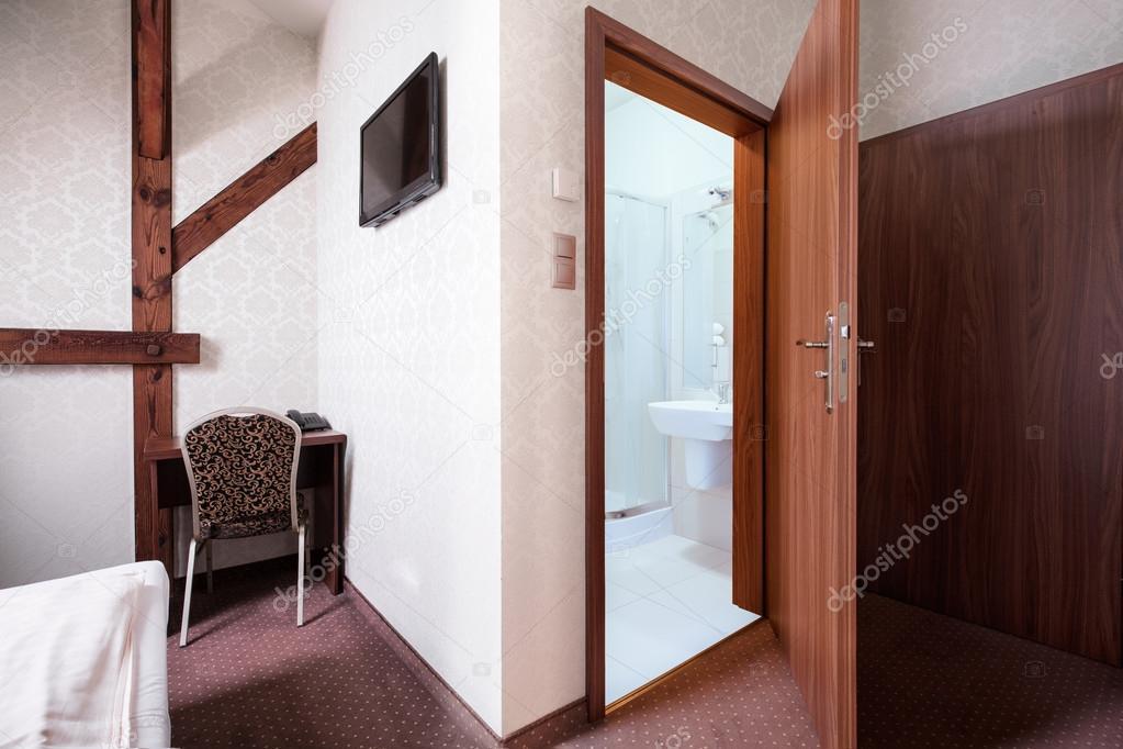Chambre d\'hôtel avec salle de bain — Photographie photographee.eu ...