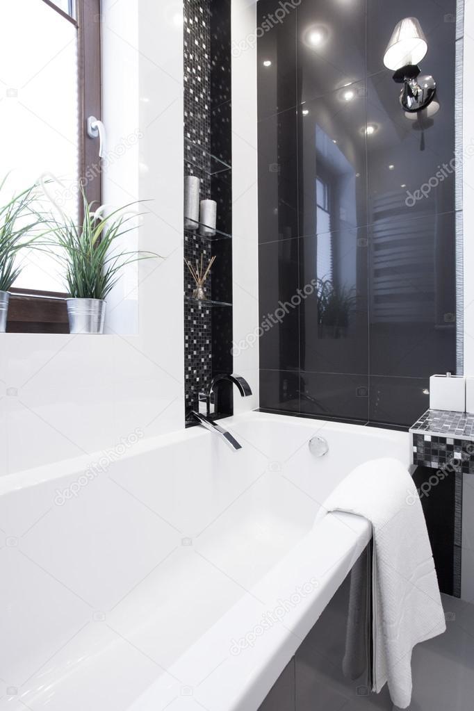 Salle de bain au design contemporain — Photographie ...