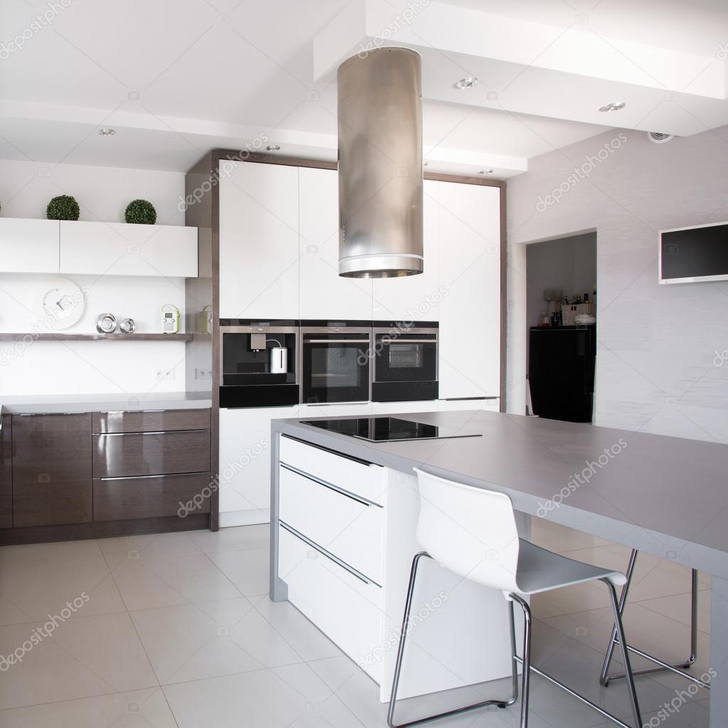 Piante d\'appartamento in esclusiva cucina — Foto Stock ...